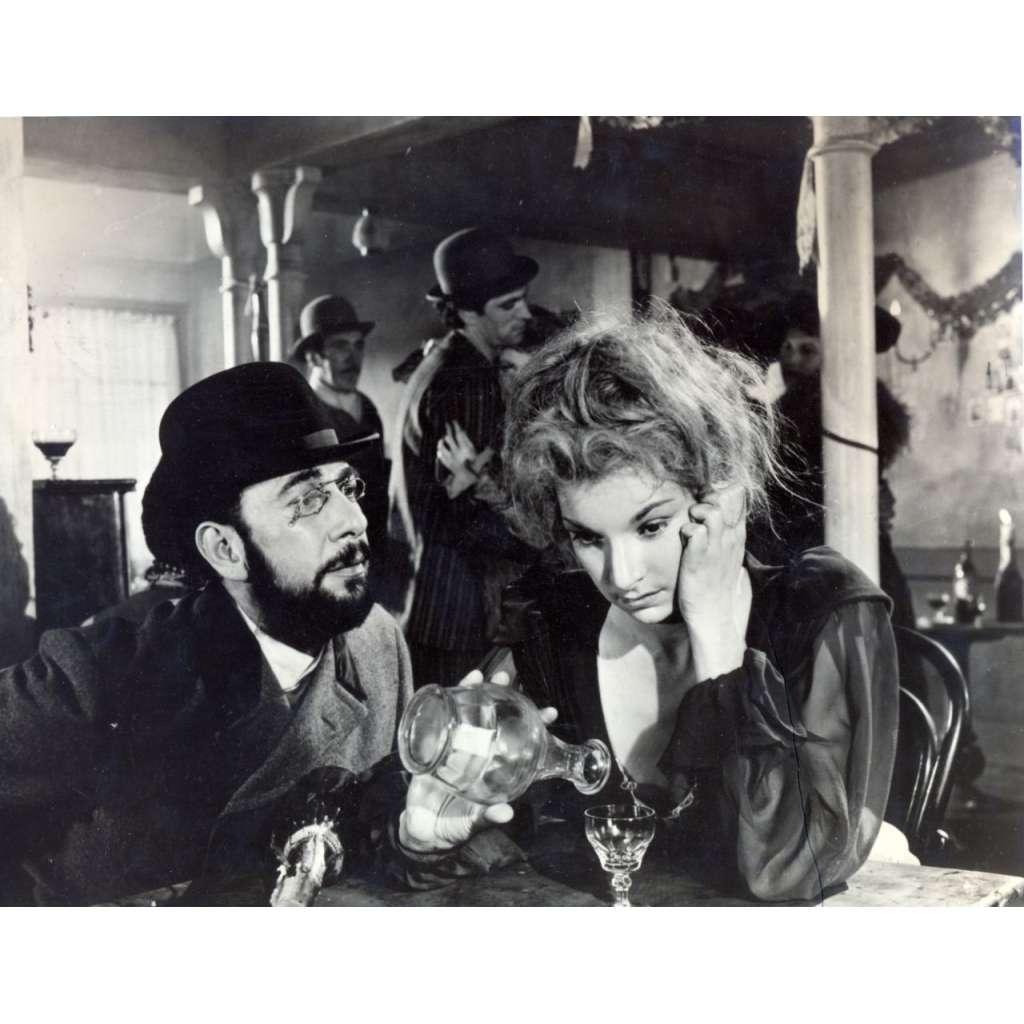 Fotoska - zřejmě film Moulin Rouge (J. Huston)